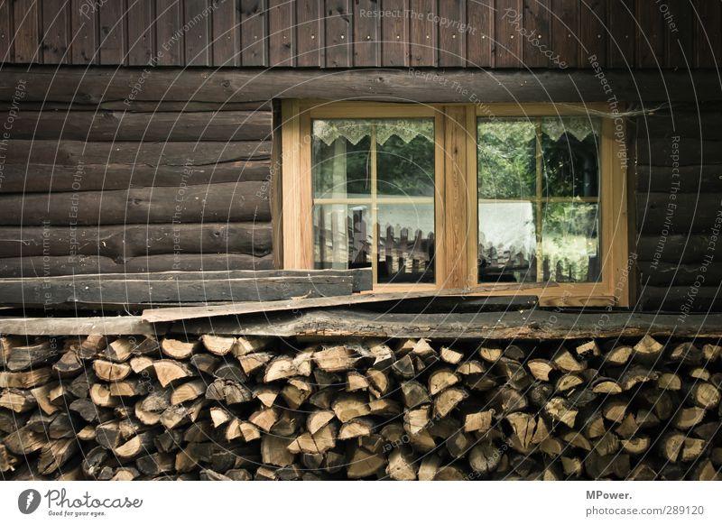 ordentlich holz alt Fenster Wand Holz Mauer braun Fassade Glas Dorf Bauernhof Hütte Balkon Brennstoff Brennholz Hüttenferien