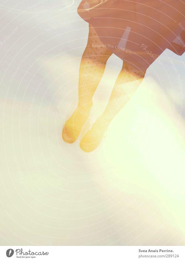 studio trash. feminin Junge Frau Jugendliche Beine Fuß 1 Mensch 18-30 Jahre Erwachsene Kleid Strumpfhose stehen gepunktet Langzeitbelichtung Farbfoto