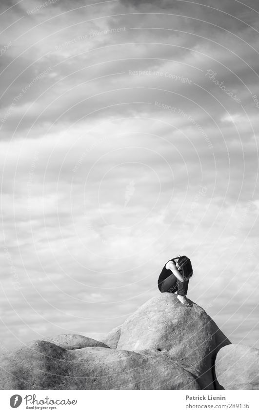 Ganz weit weg Mensch Frau Himmel Natur Jugendliche Wolken ruhig Landschaft Erholung Erwachsene Junge Frau Umwelt Leben feminin 18-30 Jahre Luft