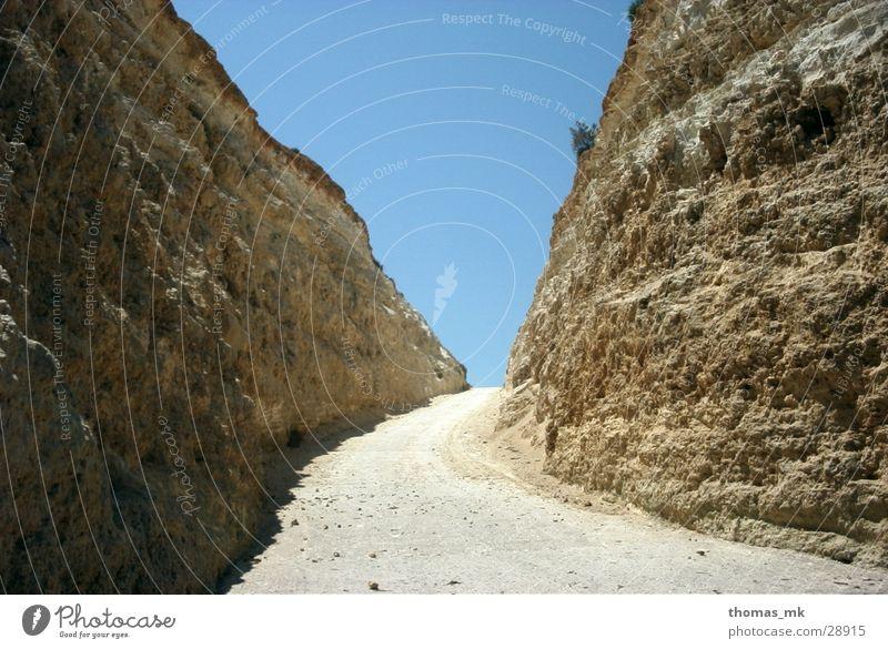 In den Straßen Maltas Schlucht Ausweg Felsen Wege & Pfade Sand Himmel