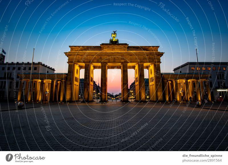 Morgensonne in Berlin VI blau Stadt rot Straße gelb Deutschland orange rosa Horizont gold Europa Platz Sehenswürdigkeit Wahrzeichen Hauptstadt