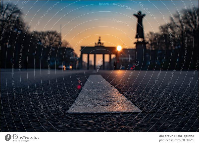 Morgensonne in Berlin IV blau Stadt Sonne Straße gelb Frühling Deutschland orange grau Verkehr Europa Schönes Wetter Sehenswürdigkeit Wahrzeichen Hauptstadt