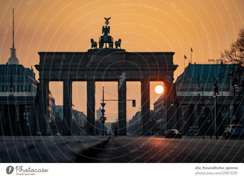 Morgensonne in Berlin III Stadt Sonne Straße gelb Frühling Deutschland grau PKW gold Europa Schönes Wetter Sehenswürdigkeit Wahrzeichen Hauptstadt Asphalt