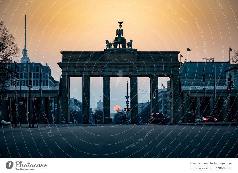 Morgensonne in Berlin I Himmel Stadt rot Sonne Straße gelb Frühling Deutschland grau PKW gold Europa Schönes Wetter Sehenswürdigkeit Skyline