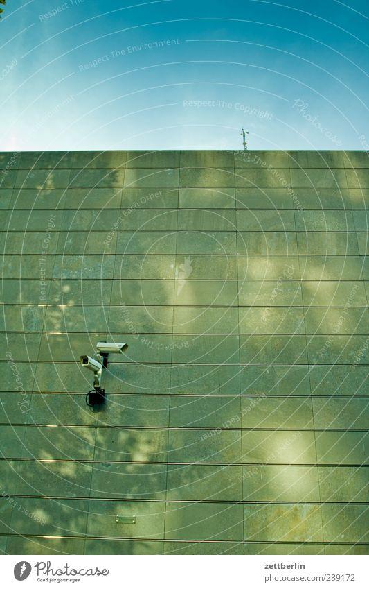 Ich sehe was, was Du nicht siehst Stadt Haus Wand Architektur Berlin Gebäude Mauer Fassade beobachten Sicherheit Bauwerk Fernseher Videokamera Überwachung
