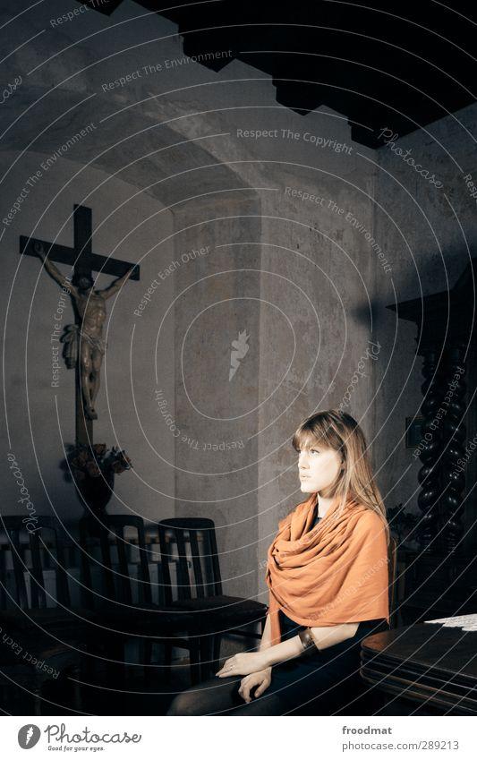 über kreuz Mensch Frau schön Einsamkeit ruhig Erwachsene dunkel feminin Religion & Glaube sitzen Hoffnung geheimnisvoll historisch Langeweile langhaarig