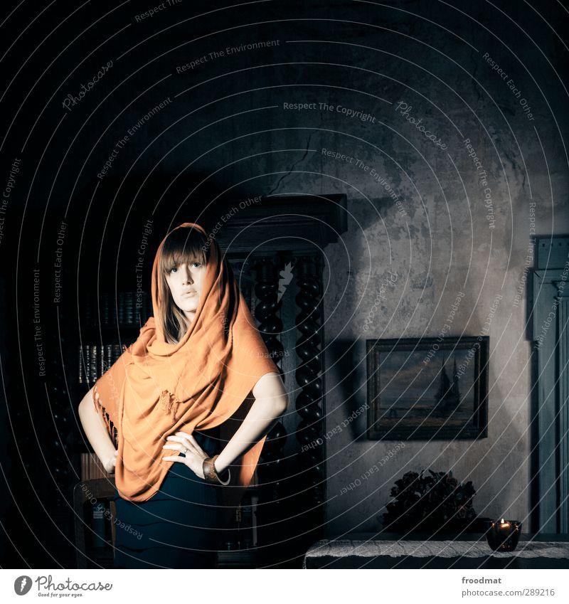 emporend Mensch Frau Jugendliche schön Erwachsene Junge Frau Erotik feminin Kunst blond Kraft Coolness einzigartig Kerze Körperhaltung Kleid