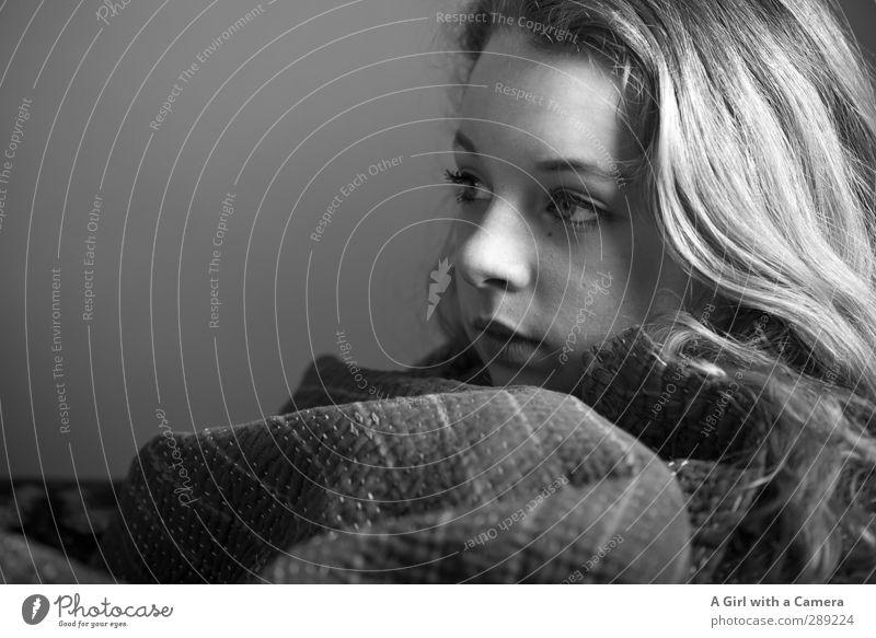 on a cold winters morning Mensch feminin Junge Frau Jugendliche 1 13-18 Jahre Kind blond Coolness schön einzigartig Schwarzweißfoto Innenaufnahme Studioaufnahme