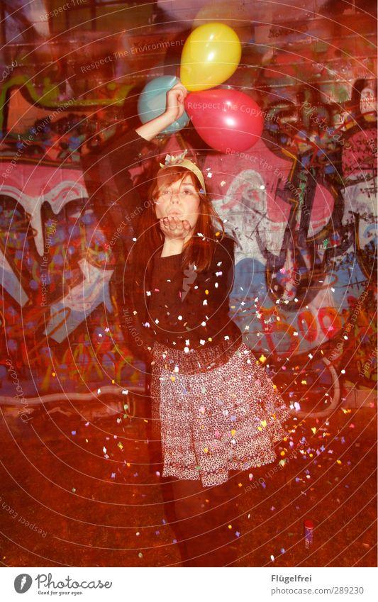Noch 13 Tage bis 2013 Mensch Jugendliche rot Erwachsene Junge Frau Graffiti Wand Farbstoff Feste & Feiern Party 18-30 Jahre Tanzen Geburtstag Luftballon werfen
