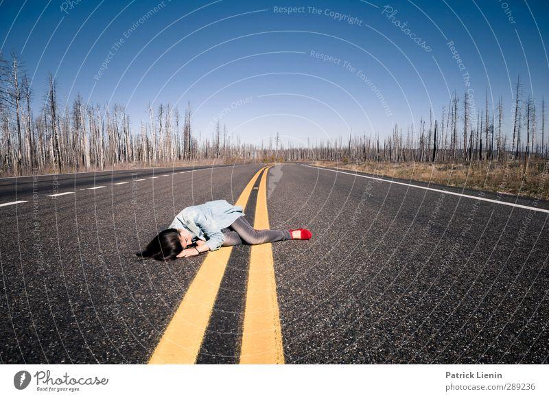 I Can´t Get No Sleep Mensch Frau Himmel Jugendliche Ferien & Urlaub & Reisen schön Einsamkeit ruhig Landschaft Erholung Wald Erwachsene Junge Frau gelb Straße