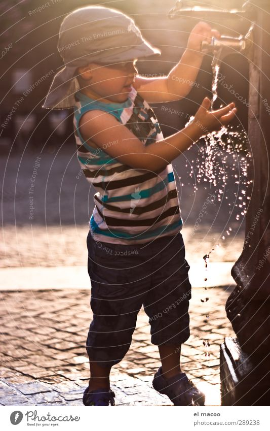 thirst for adventure Kind Kleinkind Junge Kindheit 1 Mensch 1-3 Jahre Wasser Wassertropfen Sonnenaufgang Sonnenuntergang Schönes Wetter Wärme Dorf Hafenstadt