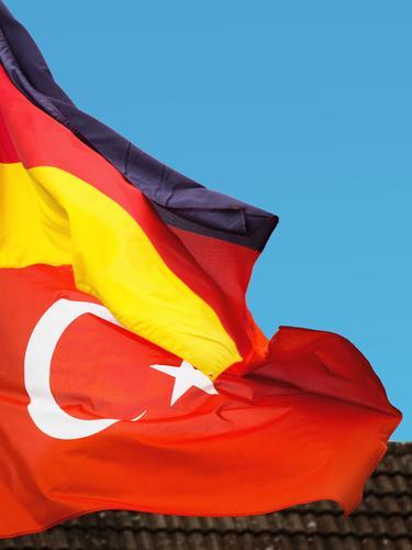 bilaterale Beziehung, Deutschland - Türkei Wolkenloser Himmel Wind Fahne Zeichen türkische Flagge Deutsche Flagge Kommunizieren authentisch Erfolg Zusammensein