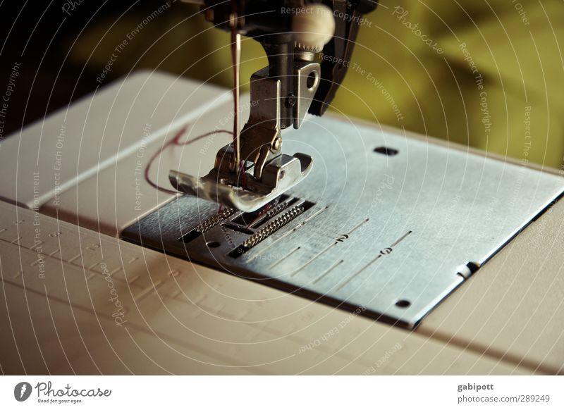Einfädeln Schneider Arbeitsplatz Nähmaschine braun grün fleißig Handarbeit Nähgarn Nadel Detailaufnahme Freizeit & Hobby Farbfoto Gedeckte Farben Innenaufnahme