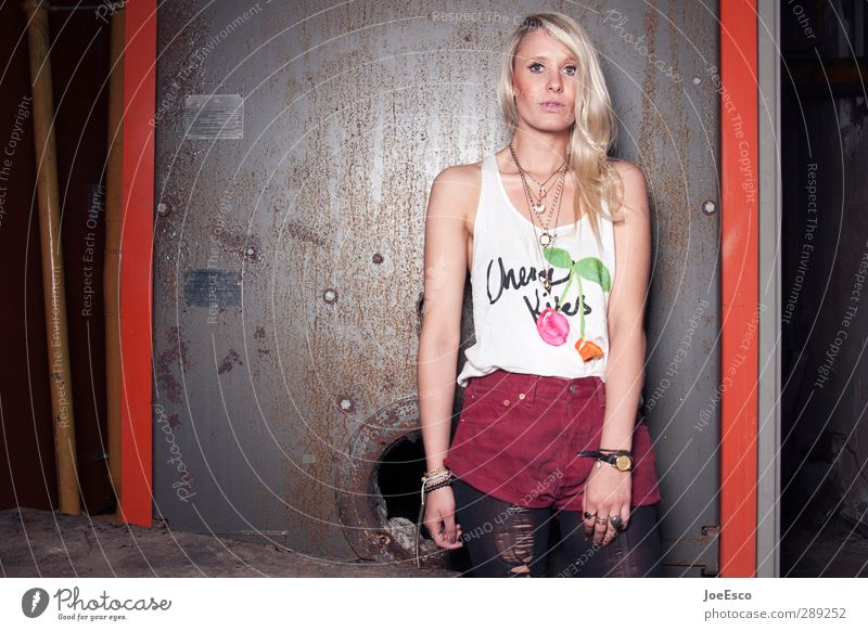 #232800 Lifestyle Stil Wohnung Keller Nachtleben Frau Erwachsene Leben 1 Mensch 18-30 Jahre Jugendliche Mode T-Shirt Strumpfhose Accessoire blond beobachten