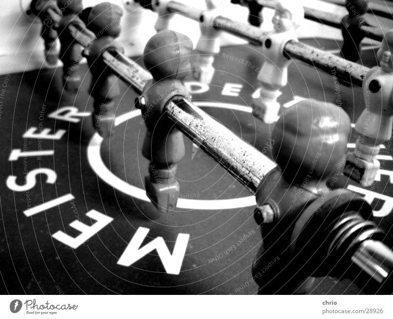 Tischfußball Grauwert Freizeit & Hobby Spielen Sportmannschaft Meister Stab Schwarzweißfoto Makroaufnahme Zentralperspektive nebeneinander gegeneinander