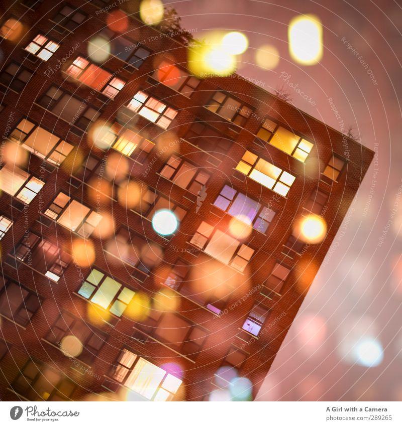 zwei Tage haben wir noch .... Stadt Hochhaus Mauer Wand Fassade Fenster glänzend leuchten mehrfarbig Doppelbelichtung Außenaufnahme Experiment Menschenleer