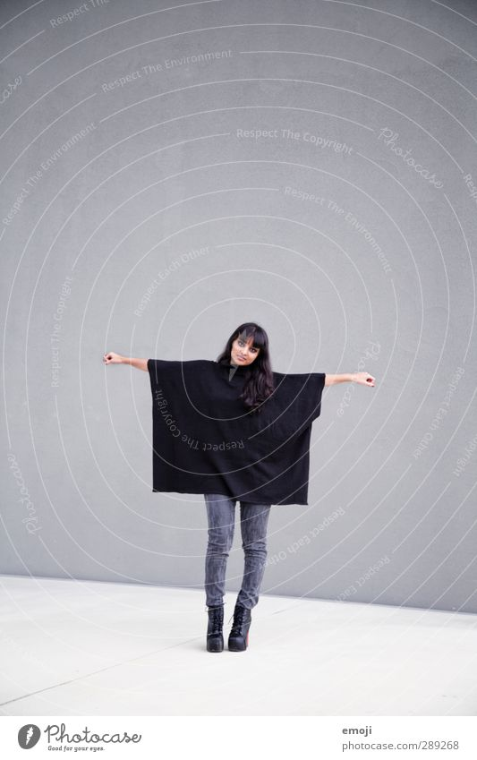 Q = Quadrat Mensch Jugendliche schwarz Erwachsene Junge Frau feminin grau 18-30 Jahre Mode Bekleidung trendy Quadrat Umhang