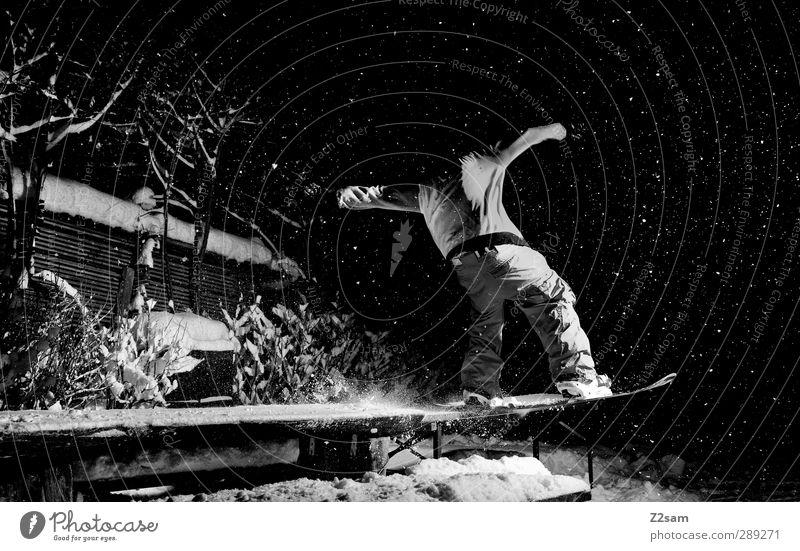 FS tailslide 270 Jugendliche Junger Mann Winter 18-30 Jahre dunkel kalt Erwachsene Bewegung Stil Sport Lifestyle Schneefall maskulin elegant Kraft ästhetisch