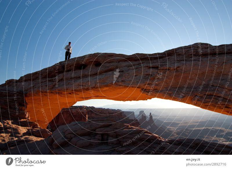 gefährlich Ferien & Urlaub & Reisen Abenteuer Sommerurlaub Frau Erwachsene 1 Mensch Natur Landschaft Himmel Wolkenloser Himmel Schönes Wetter Felsen Schlucht