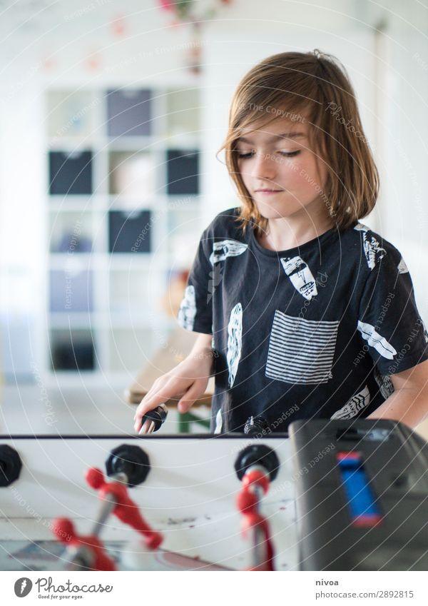 langhaariger Junge spiel am Kickertisch Freizeit & Hobby Spielen Kinderspiel Tischfußball Sport Fußball maskulin 1 Mensch 8-13 Jahre Kindheit T-Shirt brünett