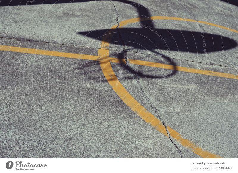 Basketballschattensilhouette auf der Straße Schatten Silhouette Korb Sport Spielen aussetzen alt Park Spielplatz Außenaufnahme kaputt gebrochen