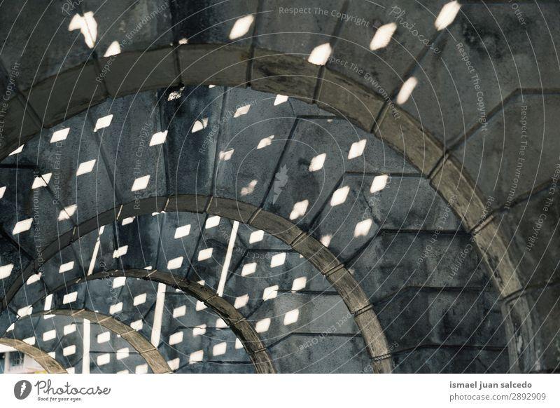 Säulen Architektur und Schatten Ständer Strukturen & Formen Konstruktion Straße Großstadt Gebäude Gang Bilbao Spanien Außenaufnahme