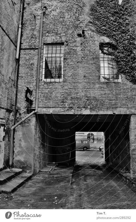 Berlin Hauptstadt Stadtzentrum Altstadt Menschenleer Haus Tor Mauer Wand Fenster Senior Durchgang Gitter nass Dezember Weißensee Schwarzweißfoto Außenaufnahme
