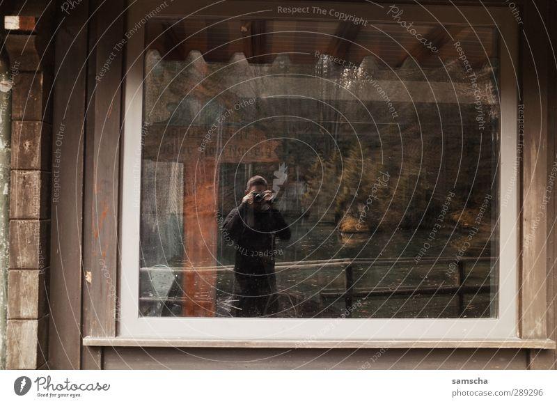 Ich spiegel mich... Mensch Natur Mann alt Haus Erwachsene Fenster dunkel Wand Mauer Körper maskulin Glas Fotografie Fotokamera Hütte