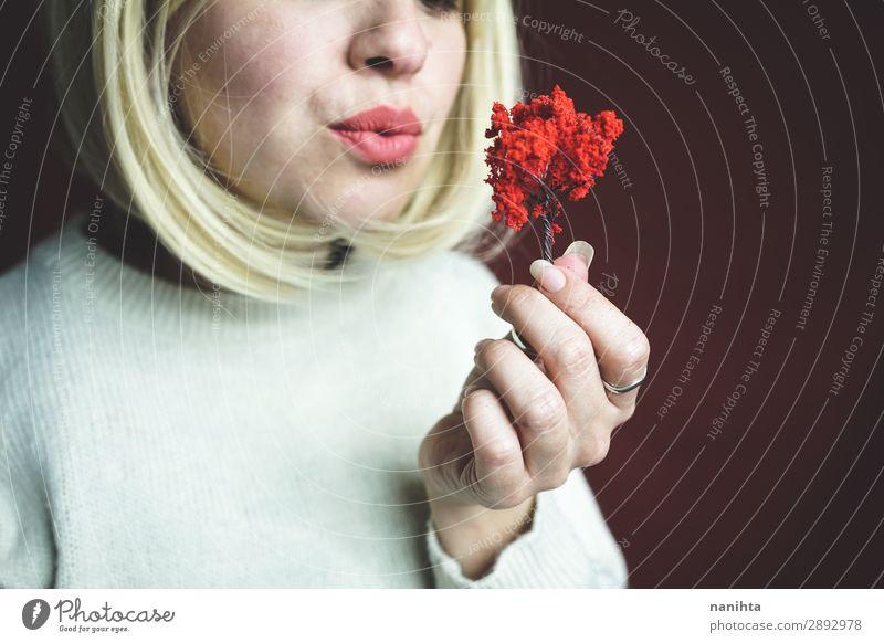 Junge Frau hält einen kleinen roten Baum. Design Mensch Erwachsene Kunst Umwelt Natur Herbst Wachstum authentisch einzigartig nachhaltig Schutz Verantwortung