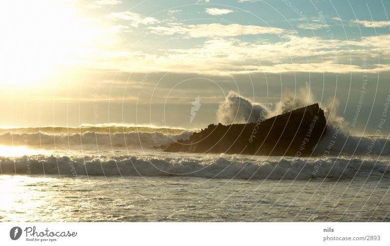 Splash Meer Brandung Wellen Gischt Sonnenuntergang Abendsonne brechen Explosion Wasser Felsen platzen