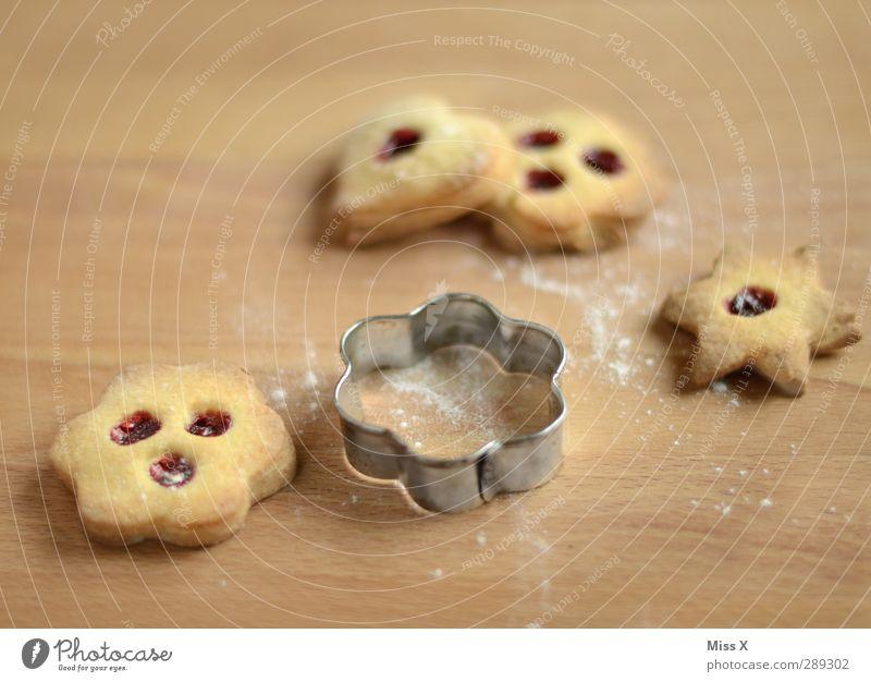 noch schnell vor Weihnachten Lebensmittel Teigwaren Backwaren Marmelade Ernährung frisch lecker süß Süßwaren Stern (Symbol) Herz Holzbrett Holztisch Backform