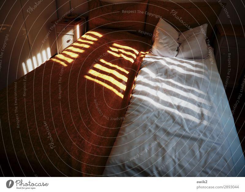 Barcode Häusliches Leben Innenarchitektur Bett Schlafzimmer Kissen Fenster Sichtschutz Lamellenjalousie leuchten dunkel einfach Schutz Geborgenheit