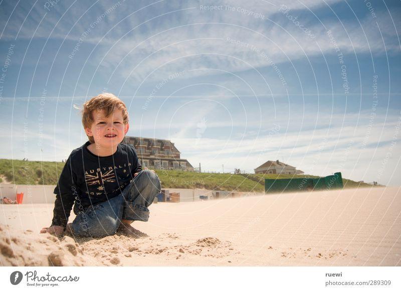 Tag am Meer Mensch Kind Himmel Ferien & Urlaub & Reisen Sommer Sonne Strand Wolken Ferne Leben Spielen Junge Glück Sand Kindheit blond