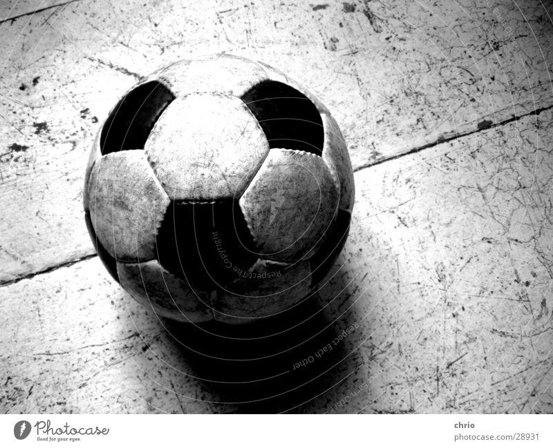 rundleder Leder Holzfußboden Freizeit & Hobby Kratzer Spielen Wohnung Strukturen & Formen Fußball Ball Schwarzweißfoto Sport alt Lack Schatten Linie