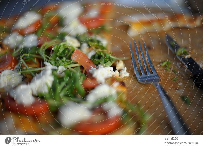 Pizza, Pizza grün weiß rot Lebensmittel Zufriedenheit authentisch stehen Ernährung Tisch einzigartig Lebensfreude dünn Holzbrett Messer Tomate Mittagessen