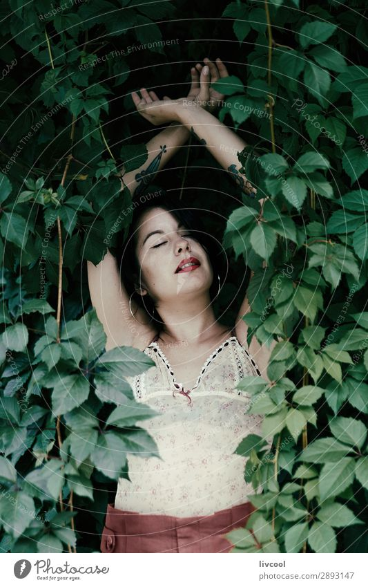 Frau Mensch Natur Jugendliche Junge Frau Sommer schön grün Hand Erholung 18-30 Jahre Gesicht Lifestyle Erwachsene feminin Gefühle