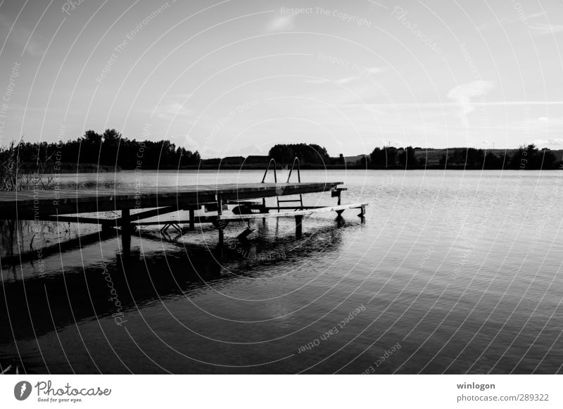 ein dunkler steg Ferien & Urlaub & Reisen alt Wasser weiß Sommer Strand Landschaft schwarz See Schwimmen & Baden Wellen warten Tourismus Europa Insel Ausflug