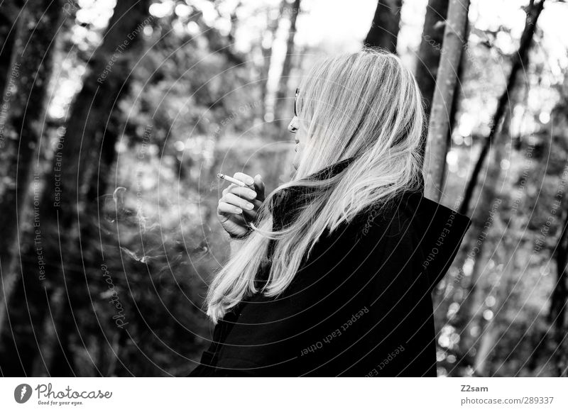 Raucherin Lifestyle elegant feminin Junge Frau Jugendliche 1 Mensch 18-30 Jahre Erwachsene Herbst Baum Sträucher Wald Jacke Brille blond langhaarig Denken
