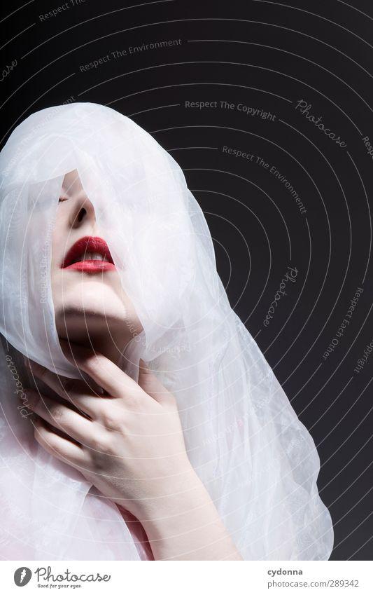 Porcelain elegant Stil schön Haut Lippenstift Mensch Frau Erwachsene Gesicht Hand 18-30 Jahre Jugendliche ästhetisch einzigartig Gefühle geheimnisvoll Kontrolle
