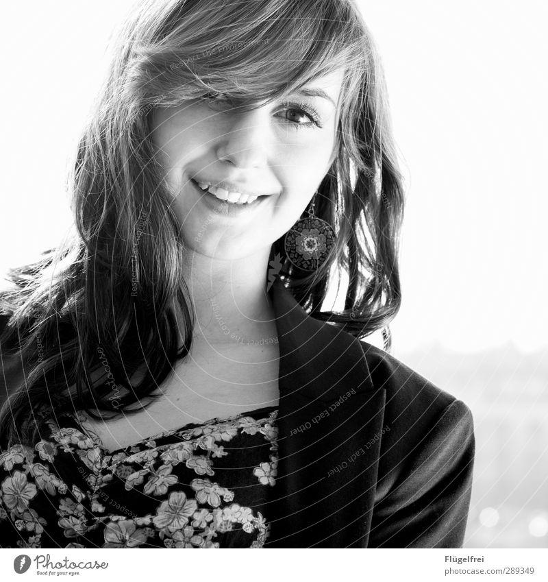 Mit dir. feminin Junge Frau Jugendliche 1 Mensch 18-30 Jahre Erwachsene Lächeln schön Natur Haare & Frisuren Blumenmuster seriös Glück verträumt Schwarzweißfoto