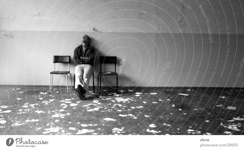 zwei freie plätze Mann alt Wand warten dreckig 3 sitzen Fabrik Körperhaltung Stuhl Bodenbelag Tapete Putz