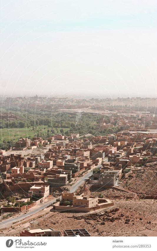 staubige Wüstenstadt I Sommer Oase Dorf Kleinstadt heiß trocken Afrika Marokko Staub Sahara Staubpiste Lehmhaus Lehmhütte Farbfoto Außenaufnahme Tag