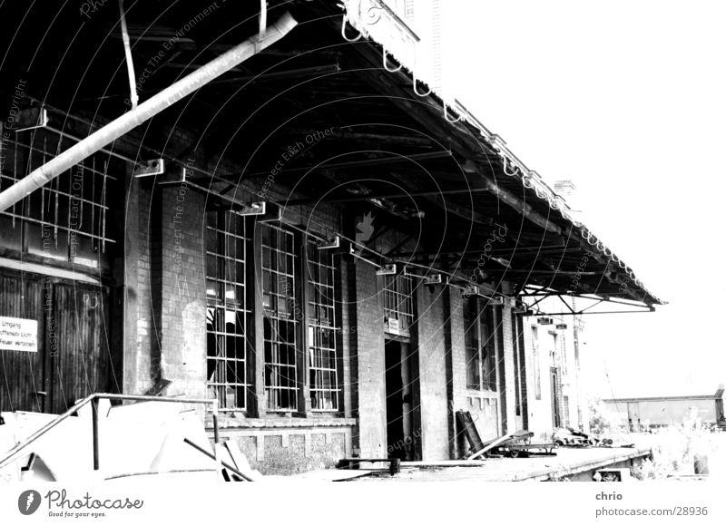 Verladerampe Gebäude verfallen Konditorei Bäckerei Backwaren Fenster kaputt Vergangenheit stilllegen Fabrik Architektur alt Versand Einsamkeit