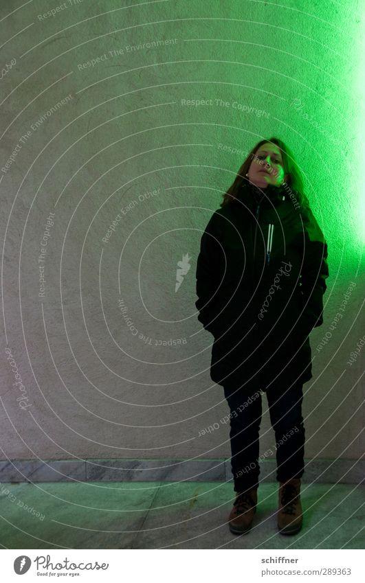 Riesenampel rechts Mensch Frau grün Einsamkeit Winter Erwachsene feminin Lampe Körper stehen einzeln Hoffnung Neigung Hochmut 30-45 Jahre Leuchtkraft