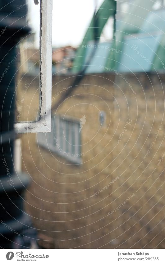 Hinterhof Stadt Haus Fenster Mauer Gebäude braun trist Fensterscheibe Hinterhof England Fensterblick matt Großbritannien Fensterrahmen