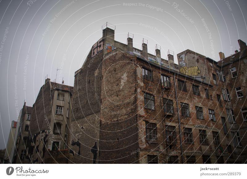 Grüße von der Brandwand Himmel Stadt alt Haus Winter dunkel kalt Fenster Graffiti Fassade Idylle Nebel Klima Schriftzeichen Backstein Hauptstadt