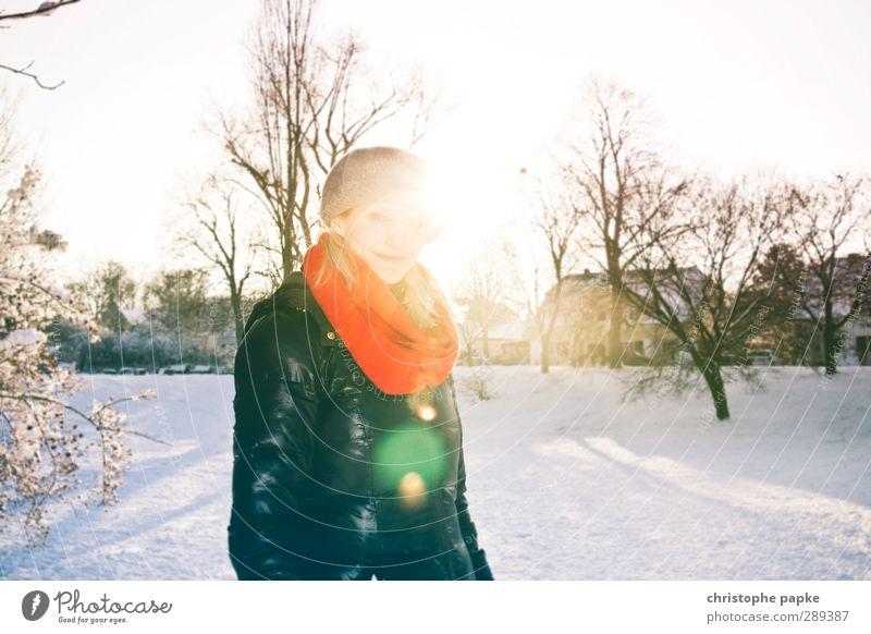 Miss M im winterlichen Gegenlicht elegant Stil Winter Schnee Winterurlaub Junge Frau Jugendliche Erwachsene 1 Mensch 18-30 Jahre 30-45 Jahre Sonnenlicht