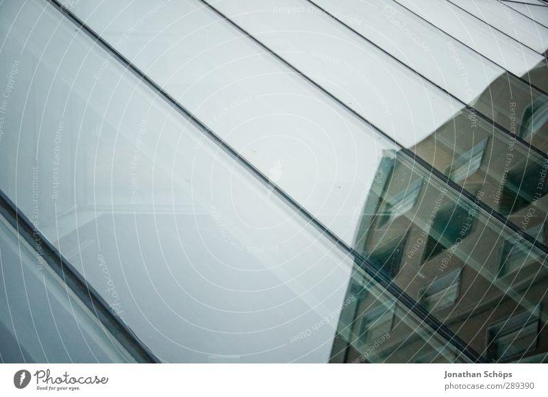 verglast Architektur eckig einfach Glas Glasscheibe Neigung Geometrie minimalistisch Haus Tiefgarage Fensterfront Glasfassade Glasdach trüb Wolken kalt Streifen