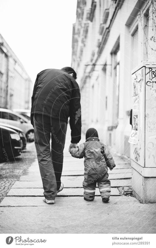 starthilfe. Mensch Mann Haus Erwachsene klein PKW Familie & Verwandtschaft Fassade groß laufen Hilfsbereitschaft festhalten Fußweg Bürgersteig Kleinkind Vater