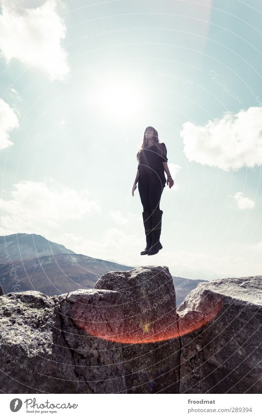 low rising Mensch Frau Jugendliche Ferien & Urlaub & Reisen schön Himmel (Jenseits) ruhig Erwachsene Junge Frau Ferne Berge u. Gebirge Erotik feminin Bewegung träumen blond